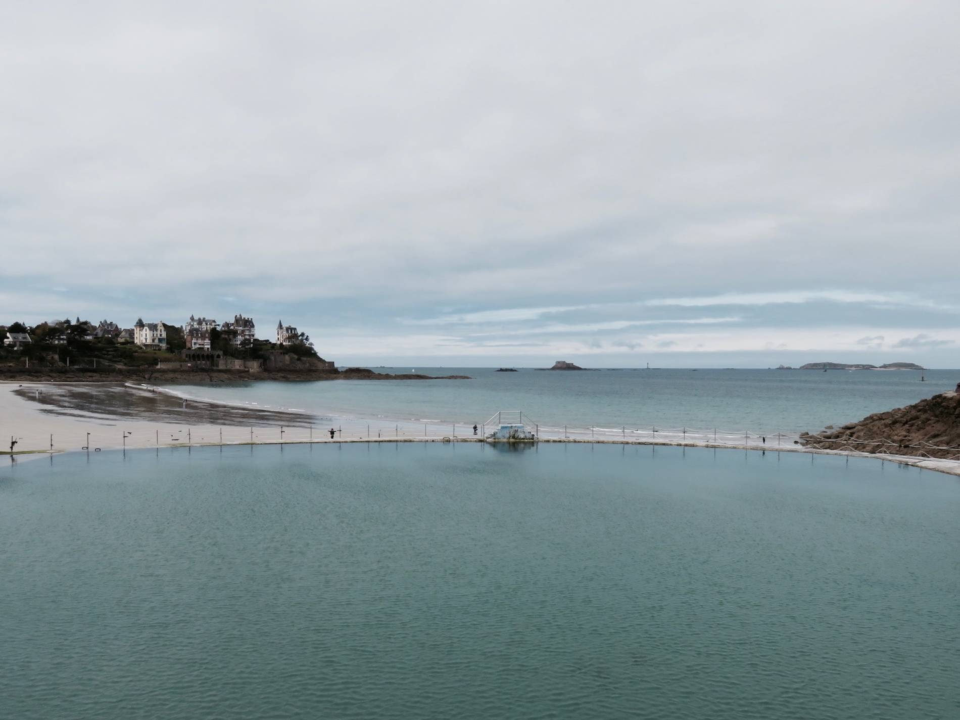 Piscine dinard a day in the world blog voyage for Piscine dinard