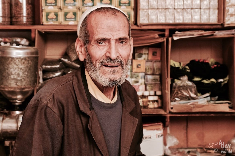 Maroc-vendeur-epices